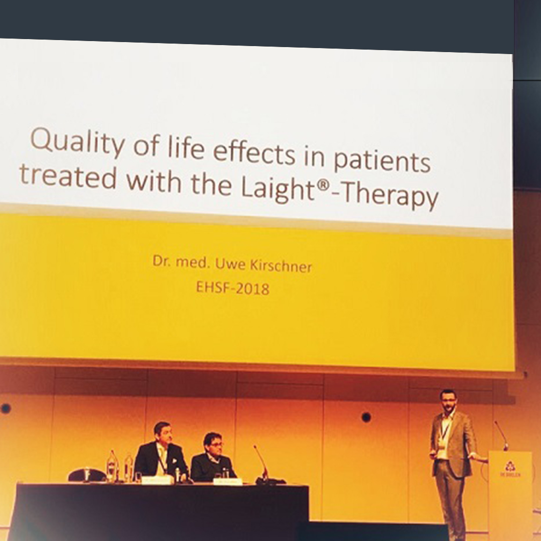"Dr. Uwe Kirschner am Rednerpult bei seinem Vortrag ""Quality of life effects in patients treated with the LAigh-Therapy"" bei der EHSF 2018"