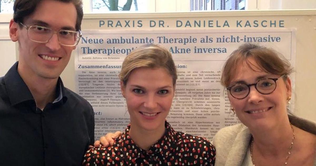 Arend Poppner, Dr. Antonia Birkensee und Dr. Daniela Kasche vor dem Poster zur Anwendung von LAight bei Akne inversa beim der Herbsttagung der Hamburger Dermatologischen Gesellschaft
