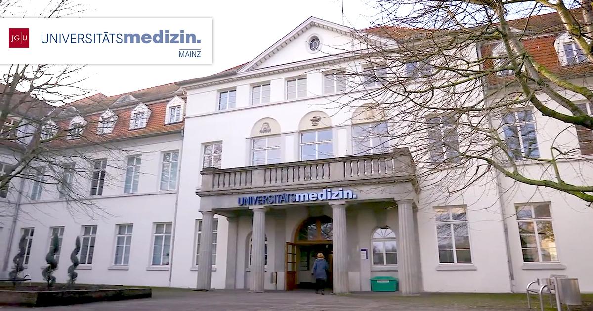 Eingang der Universitätsmedizin Mainz aus dem Imagevideo zur Behandlung der Akne inversa mit LAight