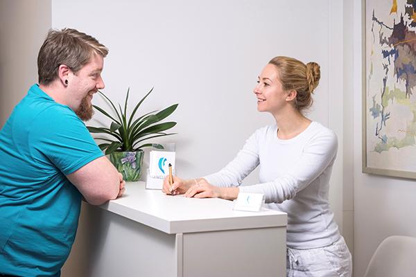 Patienteninteraktion am Thresen - MFA in Terminabstimmung mit Patient